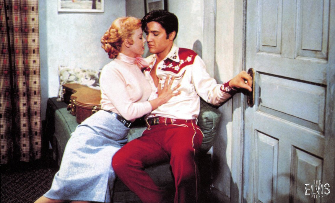 "ELVIS EN UNA ESCENA DE ""LOVING YOU"""